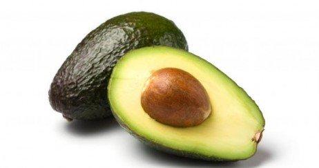 Preparando a semente do abacate para consumo